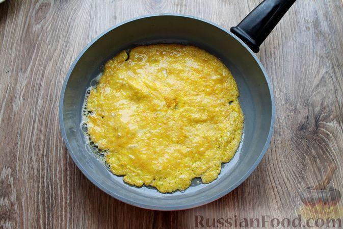 Фото приготовления рецепта: Бутерброды с яичными блинчиками, ветчиной и сыром - шаг №5