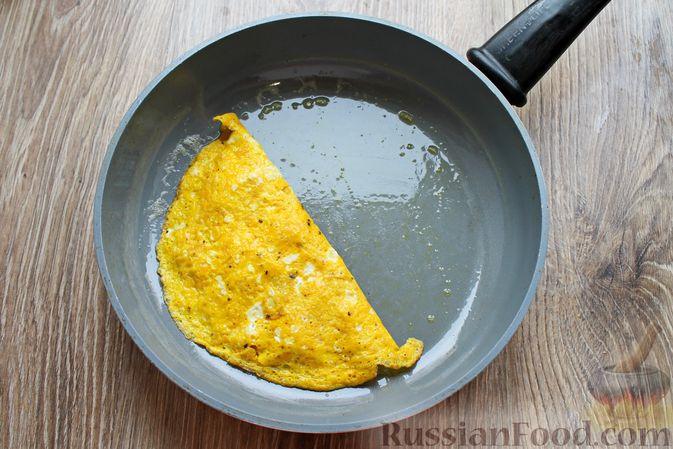 Фото приготовления рецепта: Бутерброды с яичными блинчиками, ветчиной и сыром - шаг №8