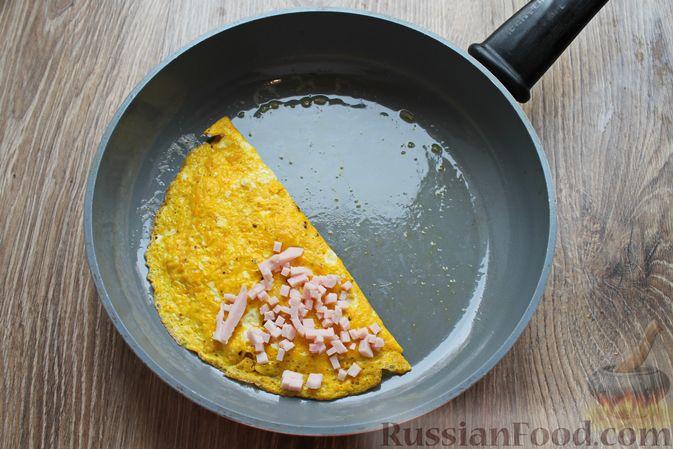 Фото приготовления рецепта: Бутерброды с яичными блинчиками, ветчиной и сыром - шаг №9