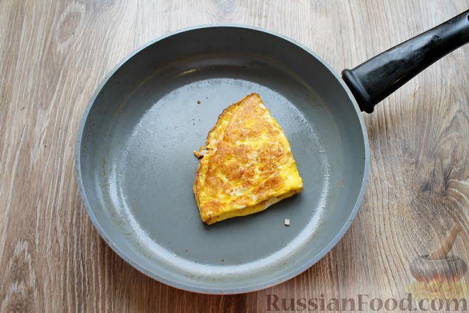 Фото приготовления рецепта: Бутерброды с яичными блинчиками, ветчиной и сыром - шаг №11