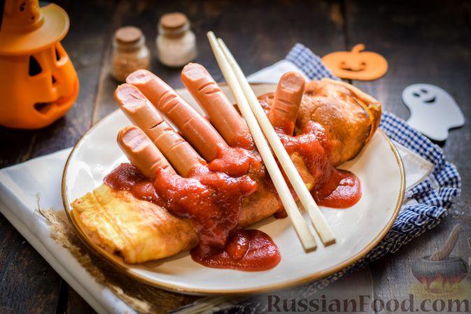 Фото к рецепту: Омлет на Хэллоуин «Окровавленная рука» (с сосисками, рисом и кетчупом)