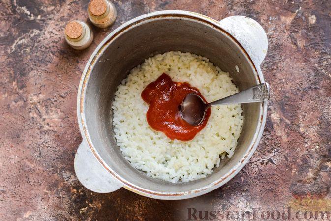 Фото приготовления рецепта: Омлет на Хэллоуин «Окровавленная рука» (с сосисками, рисом и кетчупом) - шаг №2