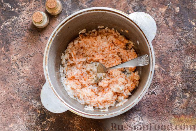 Фото приготовления рецепта: Омлет на Хэллоуин «Окровавленная рука» (с сосисками, рисом и кетчупом) - шаг №3