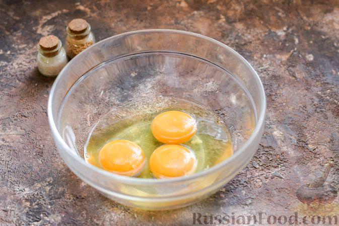 Фото приготовления рецепта: Омлет на Хэллоуин «Окровавленная рука» (с сосисками, рисом и кетчупом) - шаг №4