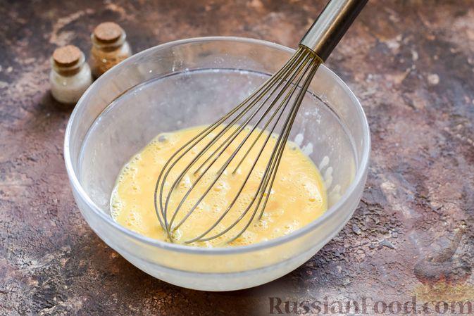 Фото приготовления рецепта: Омлет на Хэллоуин «Окровавленная рука» (с сосисками, рисом и кетчупом) - шаг №6