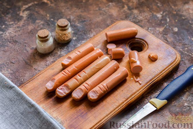 Фото приготовления рецепта: Омлет на Хэллоуин «Окровавленная рука» (с сосисками, рисом и кетчупом) - шаг №8