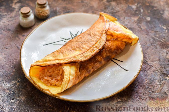 Фото приготовления рецепта: Омлет на Хэллоуин «Окровавленная рука» (с сосисками, рисом и кетчупом) - шаг №10