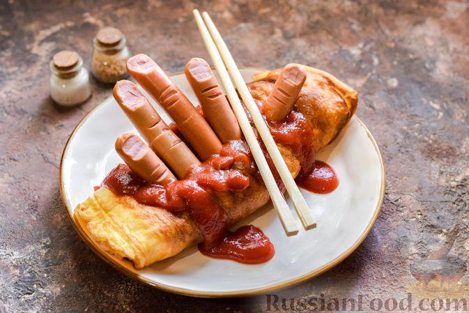 Фото приготовления рецепта: Омлет на Хэллоуин «Окровавленная рука» (с сосисками, рисом и кетчупом) - шаг №12