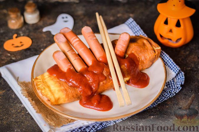 Фото приготовления рецепта: Омлет на Хэллоуин «Окровавленная рука» (с сосисками, рисом и кетчупом) - шаг №13