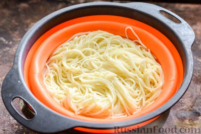 Фото приготовления рецепта: Болгарский перец с начинкой из спагетти с мясным фаршем - шаг №6
