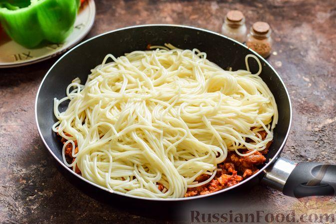 Фото приготовления рецепта: Болгарский перец с начинкой из спагетти с мясным фаршем - шаг №7