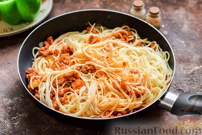 Фото приготовления рецепта: Болгарский перец с начинкой из спагетти с мясным фаршем - шаг №8