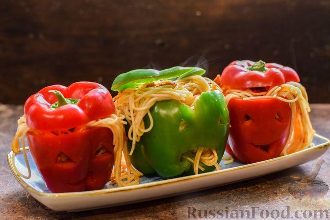 Фото приготовления рецепта: Болгарский перец с начинкой из спагетти с мясным фаршем - шаг №10