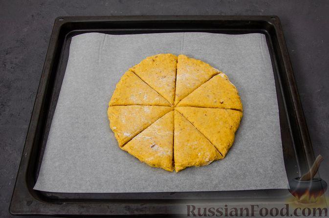 Фото приготовления рецепта: Тыквенные сконы с грецкими орехами и корицей - шаг №12