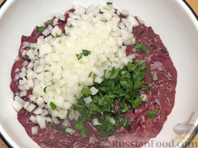 Фото приготовления рецепта: Запечённые рубленые котлеты из куриной печени в томатном соусе - шаг №4