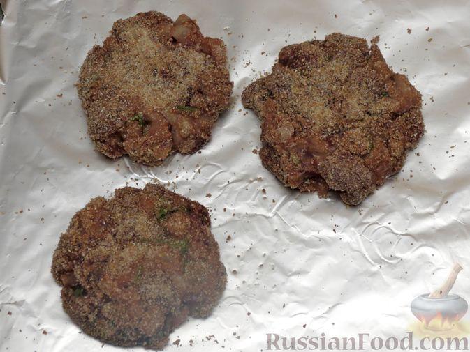 Фото приготовления рецепта: Запечённые рубленые котлеты из куриной печени в томатном соусе - шаг №8