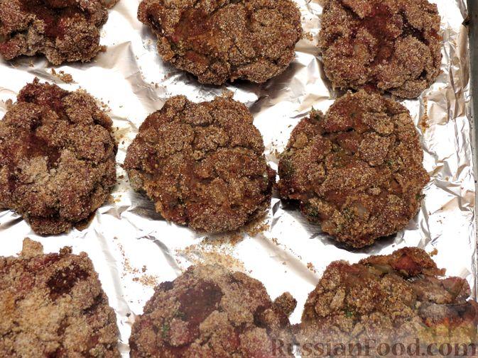 Фото приготовления рецепта: Запечённые рубленые котлеты из куриной печени в томатном соусе - шаг №9