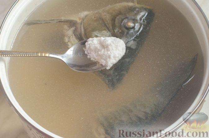 Фото приготовления рецепта: Уха из карпа - шаг №4