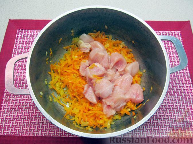 Фото приготовления рецепта: Щи из свежей капусты с курицей, сладким перцем и молоком - шаг №5