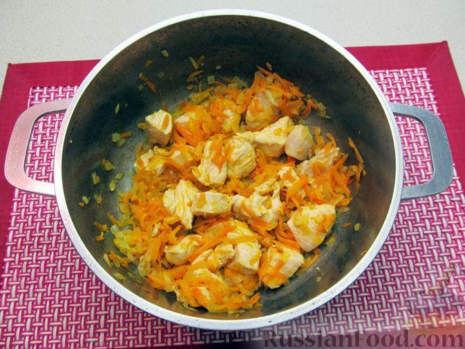 Фото приготовления рецепта: Щи из свежей капусты с курицей, сладким перцем и молоком - шаг №6