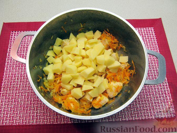 Фото приготовления рецепта: Щи из свежей капусты с курицей, сладким перцем и молоком - шаг №8