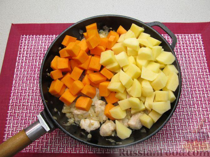 Фото приготовления рецепта: Рагу с курицей, картофелем и тыквой - шаг №9