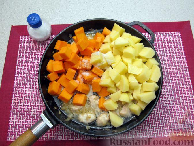Фото приготовления рецепта: Рагу с курицей, картофелем и тыквой - шаг №10
