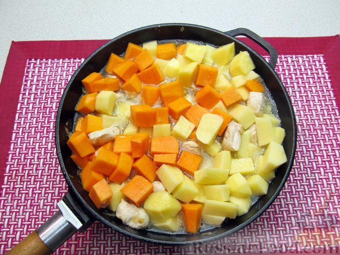 Фото приготовления рецепта: Рагу с курицей, картофелем и тыквой - шаг №11