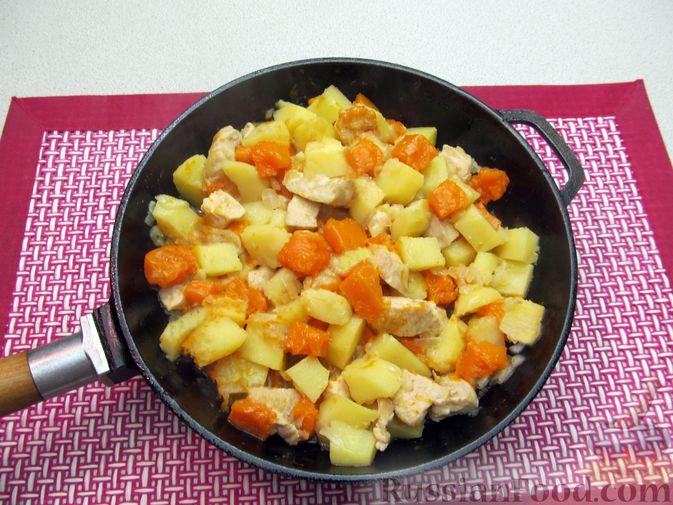 Фото приготовления рецепта: Рагу с курицей, картофелем и тыквой - шаг №12