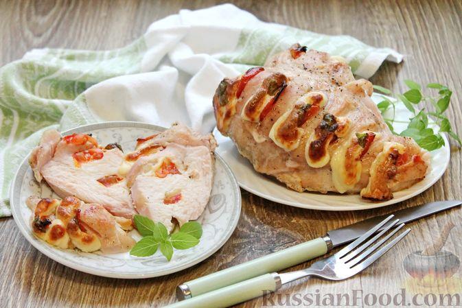 """Фото к рецепту: Запечённая куриная грудка """"Капрезе"""" с помидорами, сыром и базиликом"""