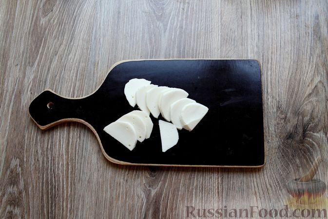"""Фото приготовления рецепта: Запечённая куриная грудка """"Капрезе"""" с помидорами, сыром и базиликом - шаг №6"""