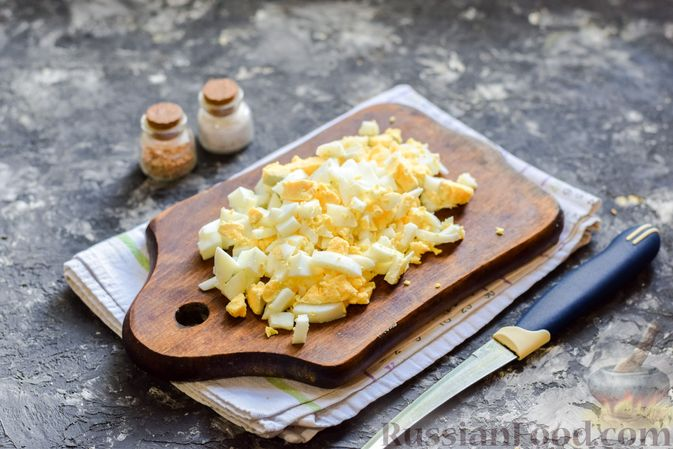 Фото приготовления рецепта: Заливной пирог с колбасой, сыром и яйцами - шаг №3