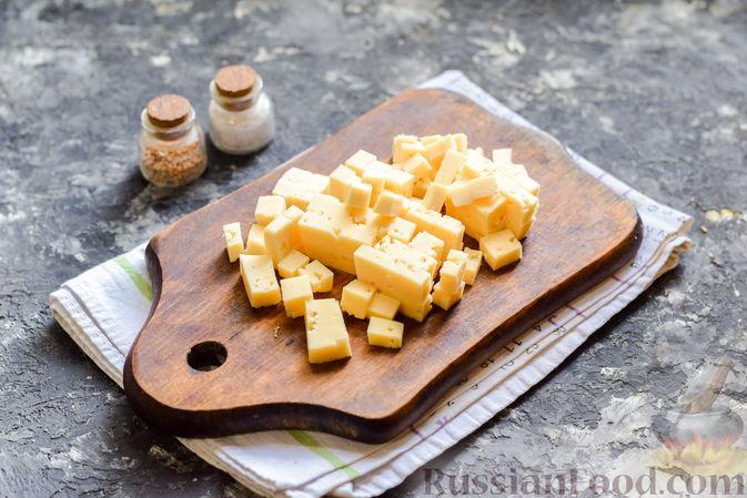 Фото приготовления рецепта: Заливной пирог с колбасой, сыром и яйцами - шаг №4