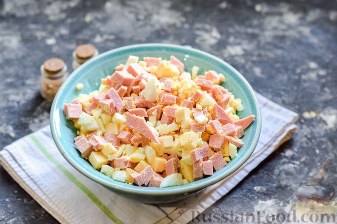 Фото приготовления рецепта: Заливной пирог с колбасой, сыром и яйцами - шаг №6