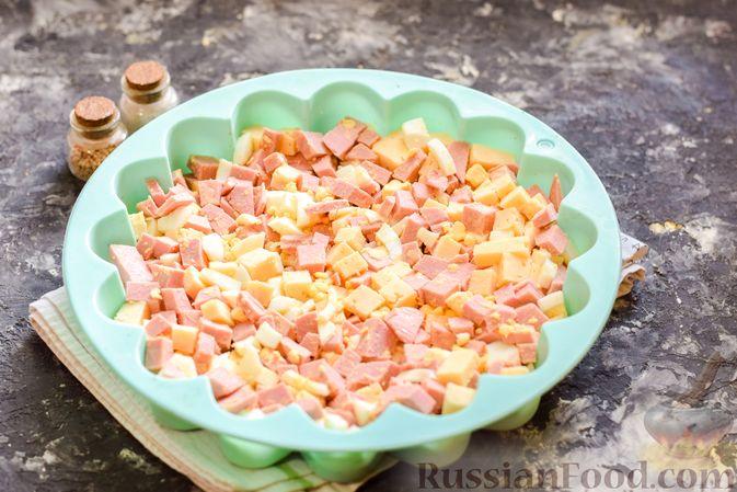 Фото приготовления рецепта: Заливной пирог с колбасой, сыром и яйцами - шаг №10