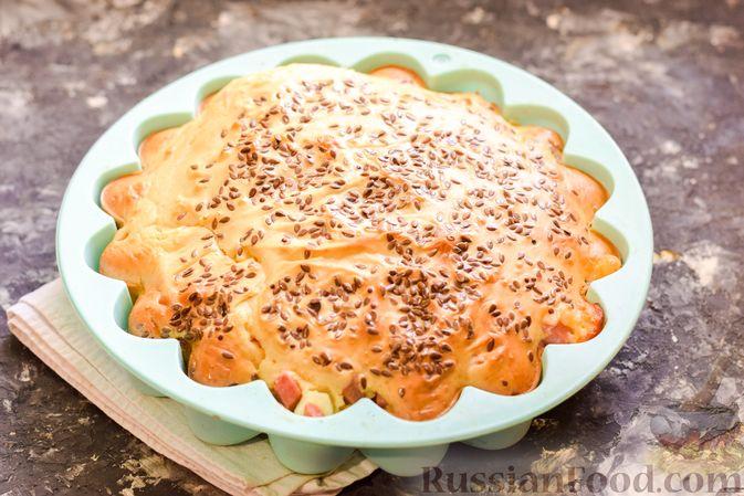 Фото приготовления рецепта: Заливной пирог с колбасой, сыром и яйцами - шаг №12