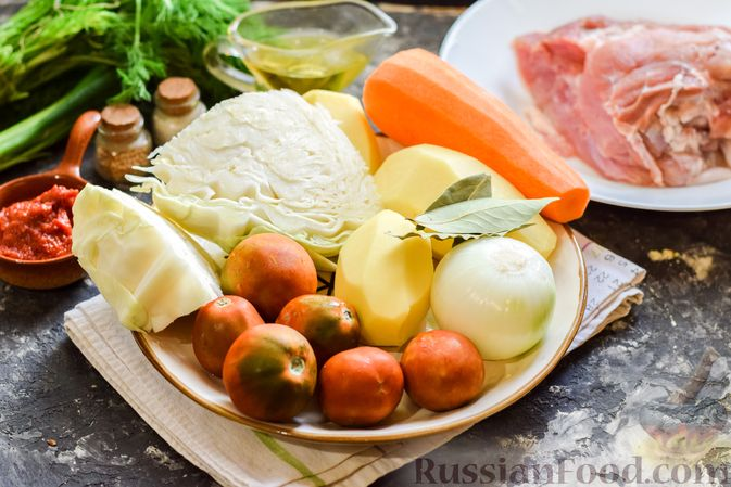 Фото приготовления рецепта: Щи из свежей капусты со свининой и помидорами - шаг №1