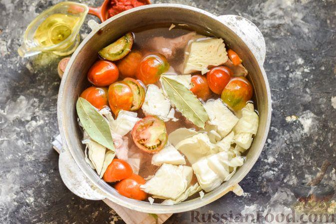 Фото приготовления рецепта: Щи из свежей капусты со свининой и помидорами - шаг №8