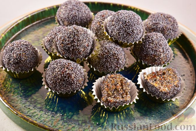 Фото к рецепту: Конфеты из сухофруктов с орехами и маком