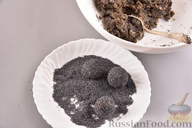 Фото приготовления рецепта: Конфеты из сухофруктов с орехами и маком - шаг №5