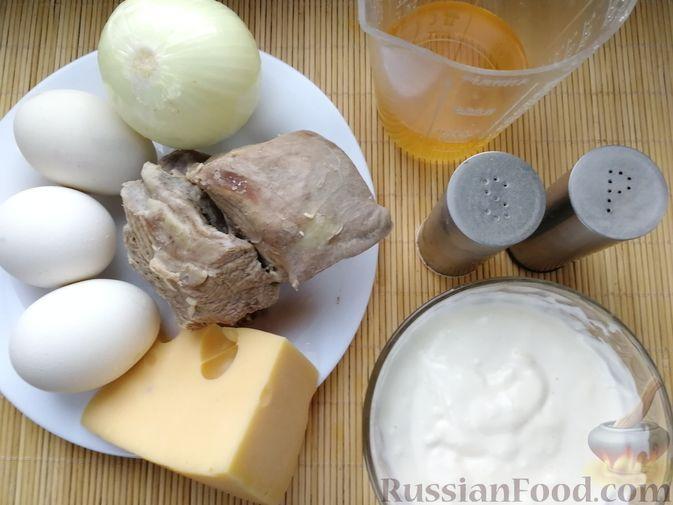 Фото приготовления рецепта: Слоёный салат с говядиной, сыром, яйцами и маринованным луком - шаг №3