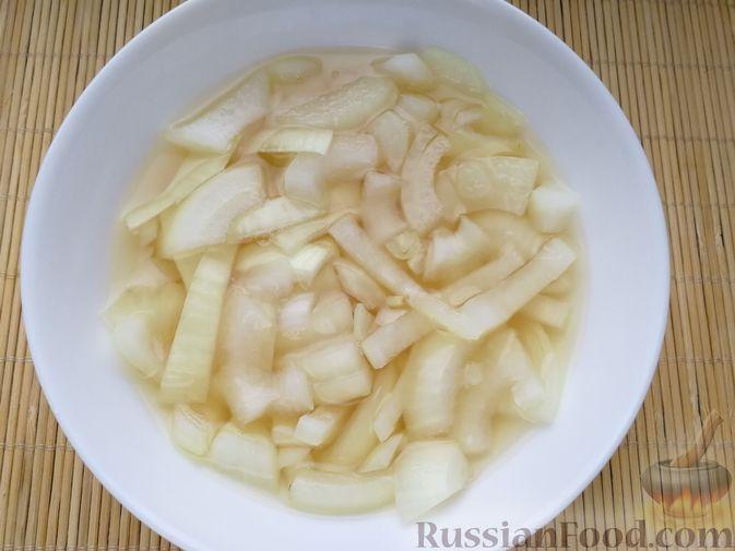 Фото приготовления рецепта: Слоёный салат с говядиной, сыром, яйцами и маринованным луком - шаг №4