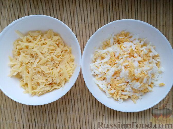Фото приготовления рецепта: Слоёный салат с говядиной, сыром, яйцами и маринованным луком - шаг №6