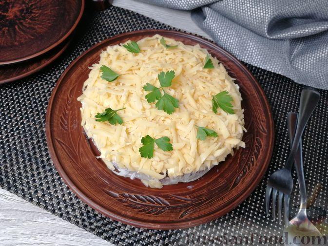 Фото приготовления рецепта: Слоёный салат с говядиной, сыром, яйцами и маринованным луком - шаг №12