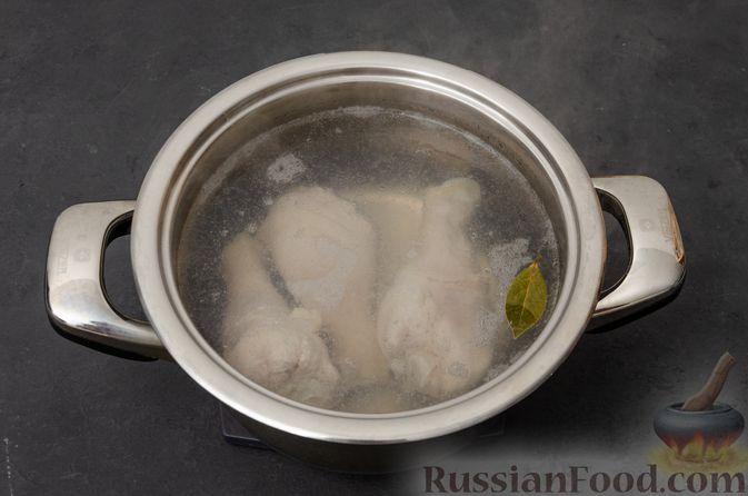 Фото приготовления рецепта: Куриный суп с картофелем - шаг №2