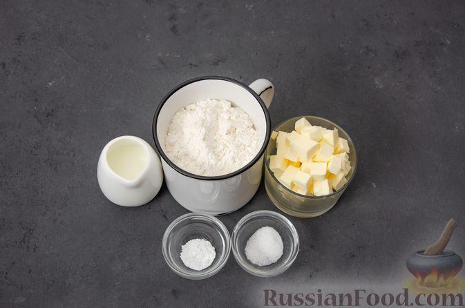 Фото приготовления рецепта: Киш с тунцом и луком-пореем в яично-сливочной заливке - шаг №1