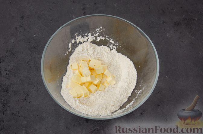 Фото приготовления рецепта: Киш с тунцом и луком-пореем в яично-сливочной заливке - шаг №2