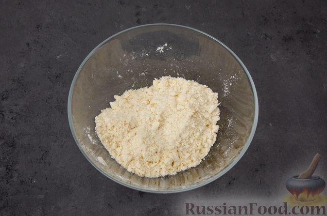 Фото приготовления рецепта: Киш с тунцом и луком-пореем в яично-сливочной заливке - шаг №3