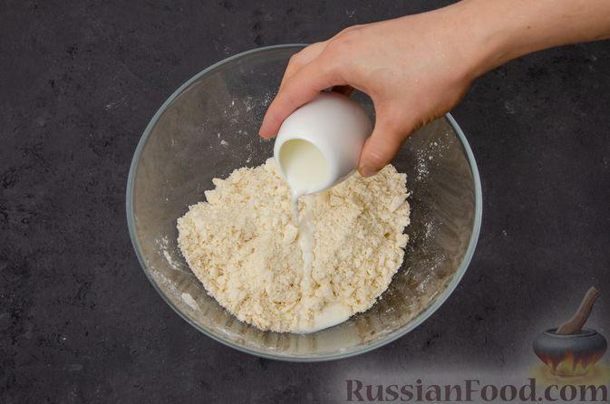 Фото приготовления рецепта: Киш с тунцом и луком-пореем в яично-сливочной заливке - шаг №4