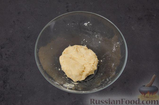 Фото приготовления рецепта: Киш с тунцом и луком-пореем в яично-сливочной заливке - шаг №5